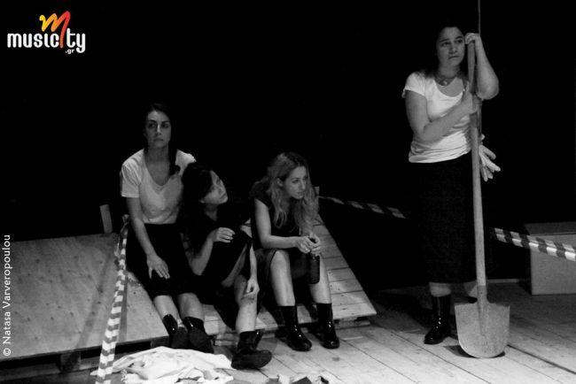 Θέατρο/Είδαμε:«Οι Γυναίκες της Καλάμα» σε σκηνοθεσία Μαρίνας Νατιώτη | Θέατρο Αργώ «Οι γυναίκες της Καλάμα» είναι ένα έργο με ισχύ και διαχρονικό ενδιαφέρον καθώς η ιστορία επαναλαμβάνεται και δίνει μαθήματα. Μια πολιτική αστάθεια με μεγεθυντικό φακό στα σπίτια και τις οικογένειες, σε απλές καθημερινές εικόνες της τότε εποχής και γεγονότα ιστορικά που μόνο αδιάφορους δε μπορούν να μας αφήσουν.