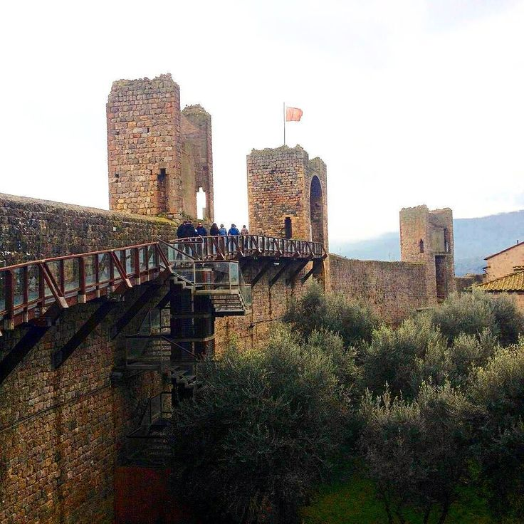 The magnificient Castle of Monteriggioni near Siena . We  Tuscany #monteriggioni #siena #tuscany #toscana #igerstoscana #chianti  #borghiditalia #volgotoscana #visittuscany #wonderful #art #love #instamood #instacool #instalove #igers Photo credit: @fabiomariani4