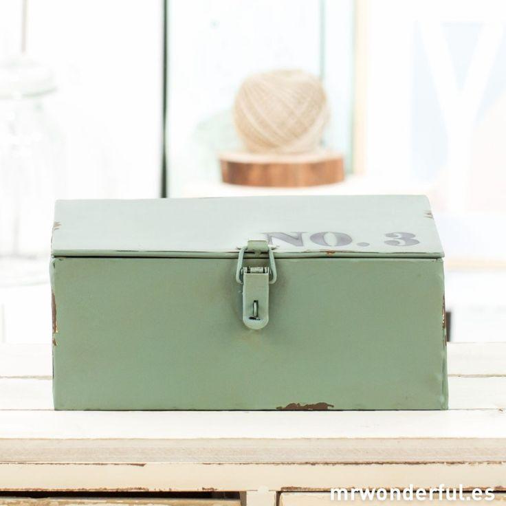 Caja metálica azul de estilo industrial con número 3