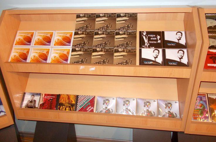 """I CD di Miklos Vajda, Guido Zitti, Pugaciov sulla luna, Gianfranco di Gennaro, Hanibal, e tanti altri al """"Vinyl Shop"""" di Kutmusic presso il Museo """"Vittoria Colonna"""" a Pescara."""
