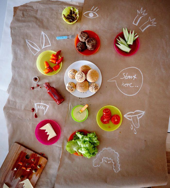 ハンバーガーやトマト、レタス、ソーセージなどを載せた、イエローやレッド、オレンジのプラスチック製プレート。