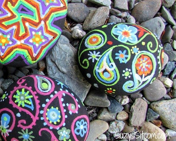 Decorate your yard wit this pretty DIY rock art