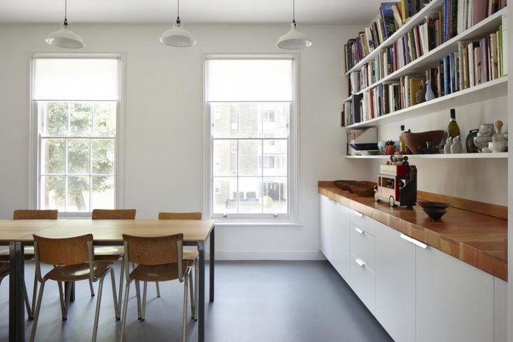 大きな壁面造作本棚のあるダイニングの壁に並んだ上げ下げ窓