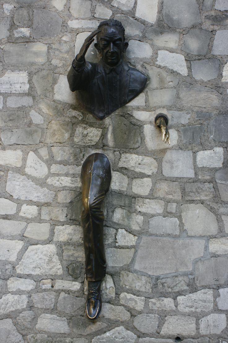 muž procházející zdí