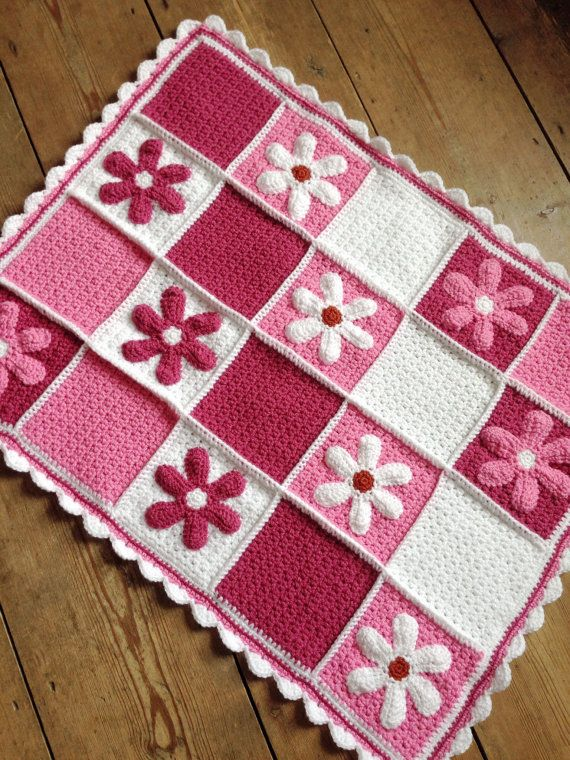 Crochet pram blanket with appliqué daisies di Buttonupbabyboutique
