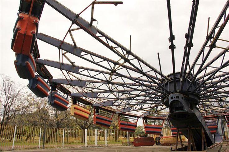 El Parque de la Ciudad, donde juegan los fantasmas  Peligro: la gran estructura del Enterprise II está sostenida por caballetes sobre un pozo y el enrejado roto, al alcance de niños. Foto: LA NACION / Mauricio Giambartolomei