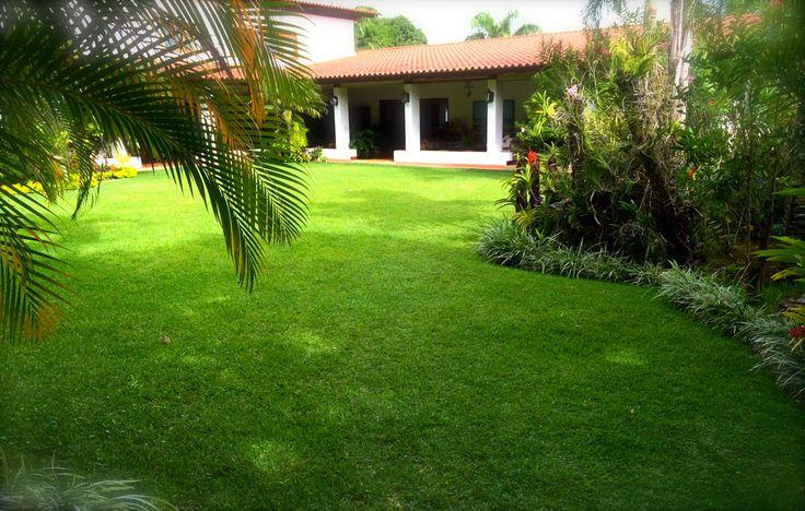 Jardín en casa estilo colonial