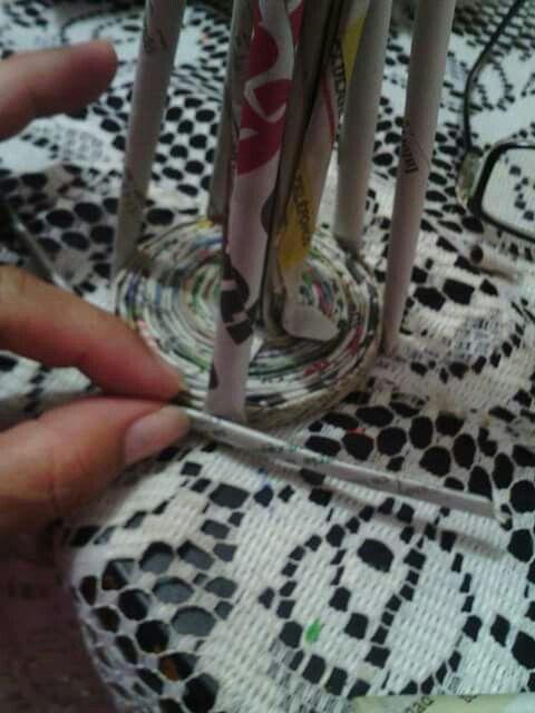21.- Al finalizar, unir los tubitos aplanando de esta manera o puedes utilizar cinta de pintor que da mas firmeza