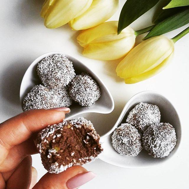 Kiedy przyjdzie ochota na coś słodkiego, a jedyne co masz w domu to 5 sztuk awokado 🙊😀  trufle czekoladowe z awokado 💕  🔸1 awokado (średniej wielkości)  🔸25g gorzkiej czekolady 70%  🔸1 łyżeczka oleju  🔸1,5 łyżeczki kakao  🔸1,5 łyżeczki miodu  🔸2 łyżeczki mąki migdałowej  🔸wiórki kokosowe  Awokado blendujemy na gładką masę, dodajemy roztopioną czekoladę z łyżeczką oleju kokosowego. Dokładamy kakao, miód, mąkę migdałową i mieszamy. Masę chowamy do zamrażarki do porządnego…