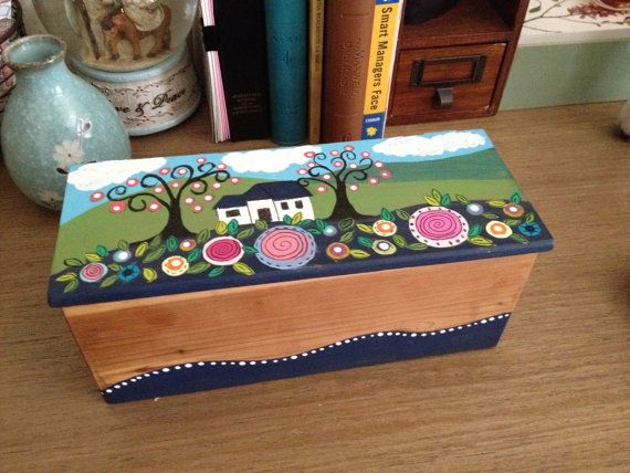 Hand painted wood box por TriosByGascot en Etsy, $30.00