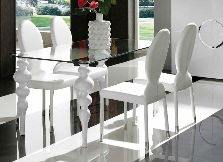 Moderna mesa de comedor con tablero de cristal y patas de for Mesa comedor diseno cristal