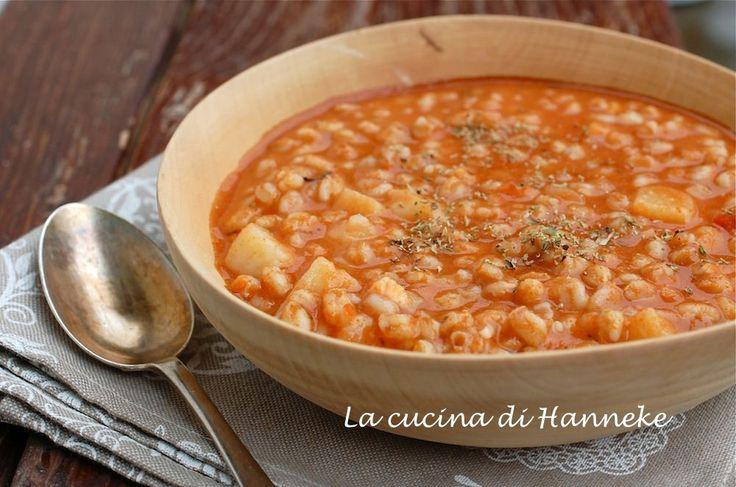Una gustosa e profumata minestra di farro pomodoro e patate, perfetta per affrontare i primi freddi autunnali!