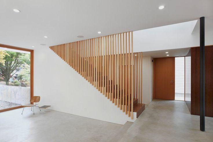Vamos a ver los planos de distribución de una casa de dos niveles construida en un área pequeña que destaca por el uso de varios materiales de construcción en los acabados de la fachada, también re…