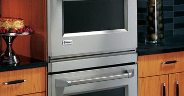 Cómo tomar medidas para un horno de pared. Un horno de pared es un gran ahorro de lugar en cualquier cocina. Así elijas una unidad doble o simple, una combinación horno/microondas o una unidad de convección, tu capacidad de cocción aumentará, y el espacio perdido disminuirá. Antes de que puedas elegir un horno de pared, primero deberás tomar medidas para determinar qué tamaño se acomodará ...