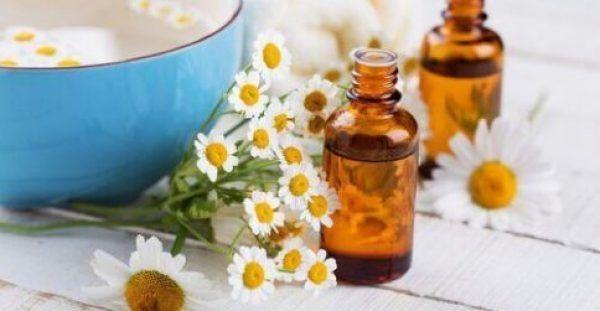 5 κορυφαίες σπιτικές θεραπείες για τις σακούλες κάτω από τα μάτια