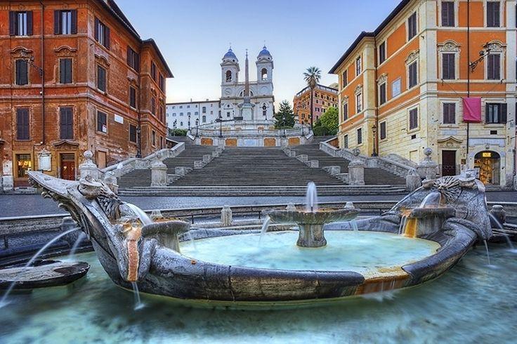 A Praça da Espanha (Piazza di Spagna, como chamada na Itália) é um dos grandes…