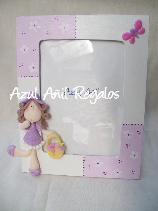Portarretratos con niña en lila y morado.