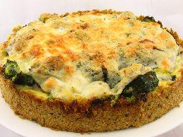 Hartige taart met krokante bodem zonder bladerdeeg met vulling van broccoli, peer en amandel