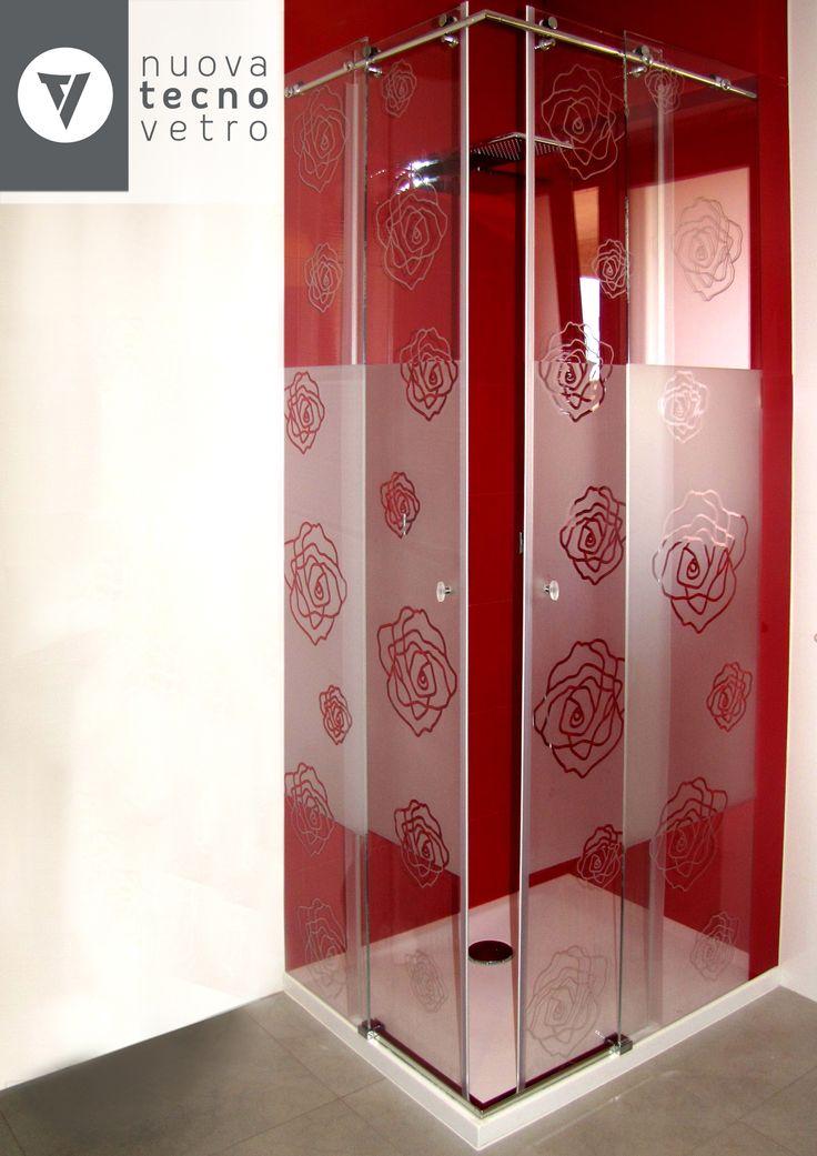 Realizzazione su misura di cabine doccia tutte in vetro con l'abbinamento di strutture in acciaio.  Possibilità di applicazione di prodotti idrorepellenti per ridurre il crearsi del calcare sul vetro.  Il trattamento idrorepellente è anticalcare, antibatterico, antigraffio, a bassa manutenzione e di lunga durata.
