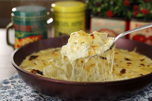 Batata Gratinada aos 3 queijos é um acompanhamento delicioso e fácil de fazer. Vai bem com qualquer assado, grelhado, churrasco, seja para acompanhar carne branca ou vermelha. Essa receita tem muit…