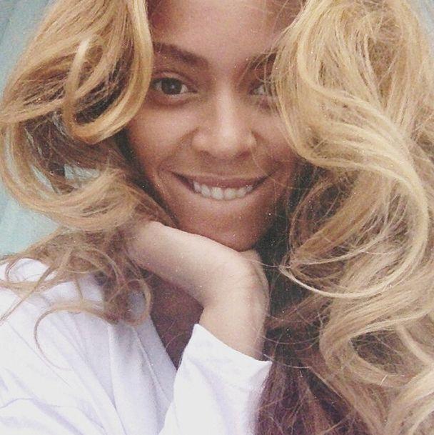 On s'inspire des people. J-Lo, Megan Fox, Gwyneth Paltrow, les stars posent en vacances et sans fard. On pique leurs astuces pour des photos au naturel ! Focus : Beyoncé, no make-up, natural beauty, beauté naturelle, sans maquillage, selfie, beauté