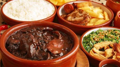 A feijoada é um prato típico brasileiro e muito saboroso, que supercombina com o clima frio do inverno. Sua preparação, porém, exige cuidados esp ...