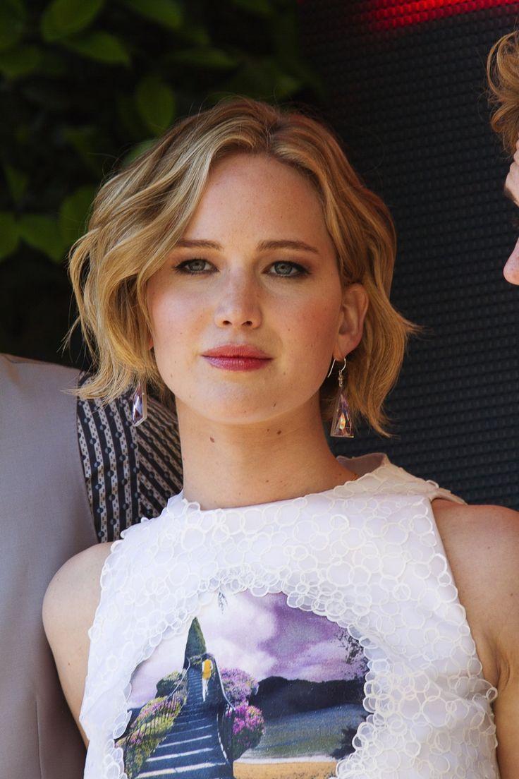 En mai 2014, Jennifer avait une coiffure de longueur de bob avec des vagues romantiques.  Photo: Shutterstock.com