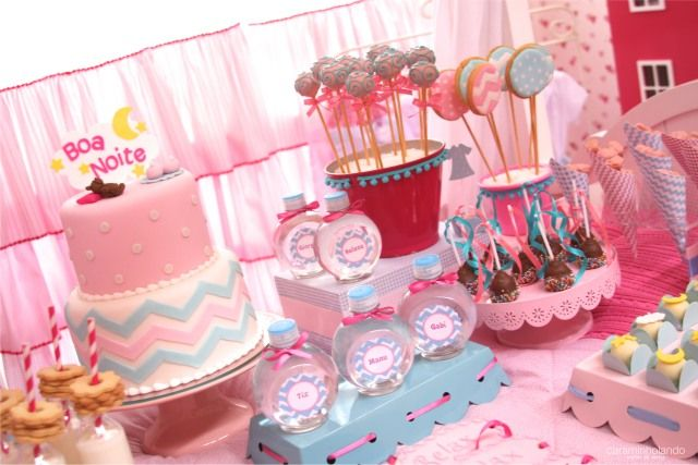 Mesa da festa do pijama com bolo rosa e chevron azul com rosa no melhor estilo…