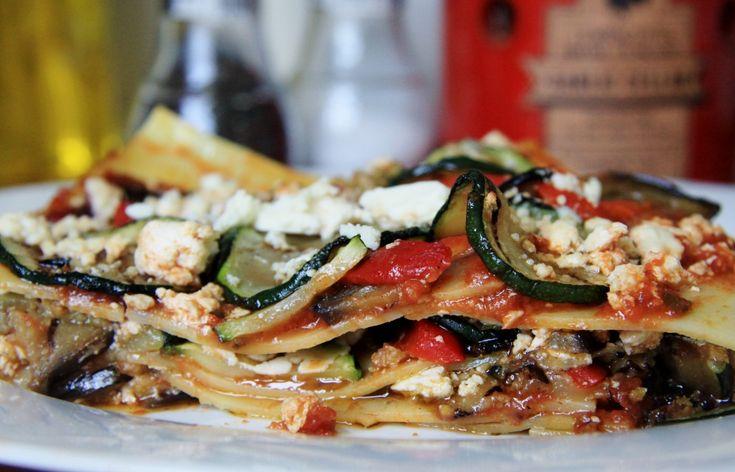 Recept voor een heerlijke vegetarische lasagne met gegrilde aubergine, courgette, feta en tapenade.