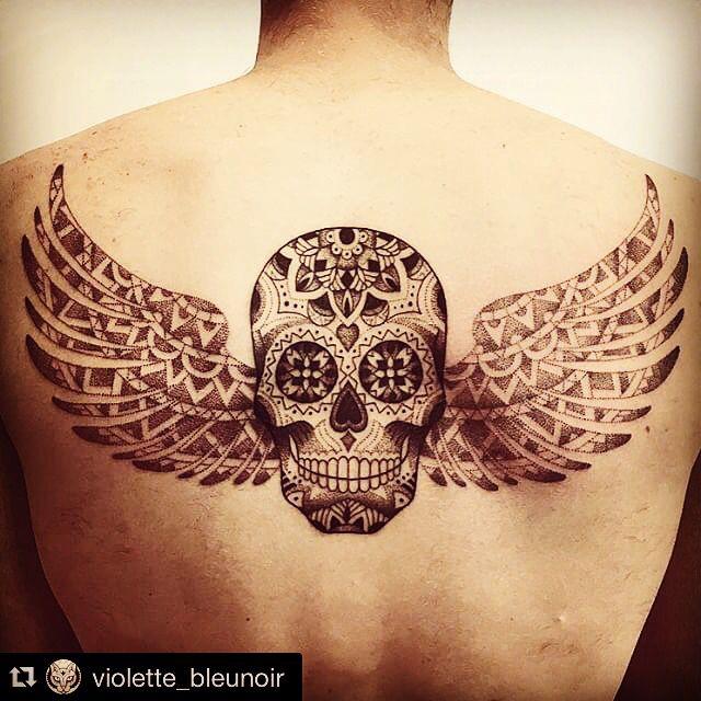 Back tattoo skull wings dia de los muertos men tatouage violette bleu noir dos tête de mort crâne ailes