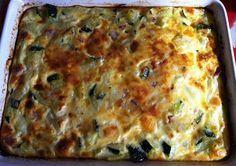 Pastel express de calabacín / 3 huevos - Un vaso de leche - Un calabacín grande - Tacos de jamón serrano - Tacos de queso - Ajo molido, pimienta