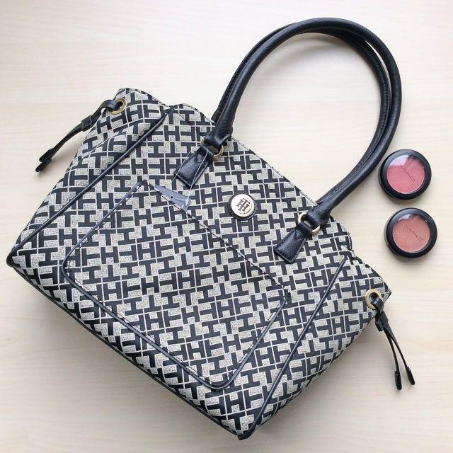 Tommy Hilfiger 6922312002 - 237₺ Gri tonlarında elde taşınabilir klipsli Satchel çanta. Kumaştır, Normal boyuttadır. Sipariş için Arayabilir, SMS veya E-Posta yollayabilirsiniz.