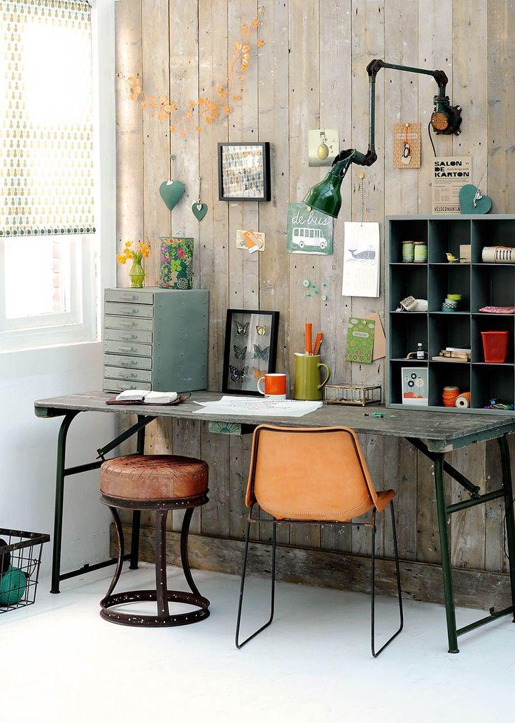 Идеи дизайна домашнего кабинета: работаем дома с удовольствием http://happymodern.ru/dizajn-domashnego-kabineta-35-foto-oformlyaem-rabochee-mesto/ Небольшой стол с ящичками, сортовиками и полочками: начальная организация места для творчества, работы с коллекциями предметов, рукоделия