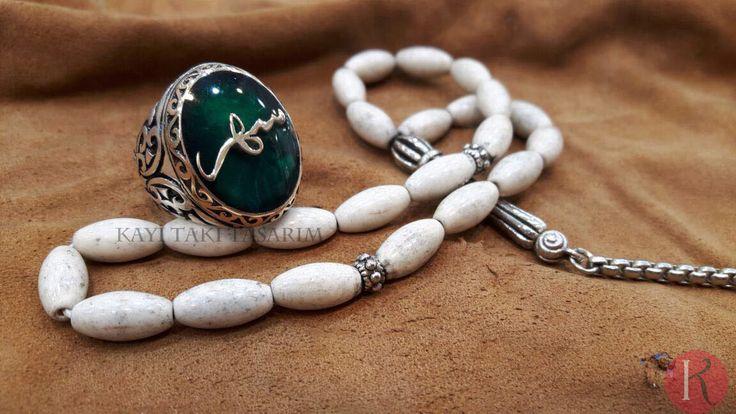 """""""SEHER"""" yazılı yüzüğümüz hazır. Yanına gümüş işlemeli beyaz firuze taşlı tesbihle çok güzel bir kombin yaptık. İyi günlerde kullanması dileğiyle ☺️ KAYI TAKI TASARIM farkıyla.. ✨  İSTEĞİNİZE GÖRE YÜZÜK ZEMİN RENGİ DEĞİŞİR  DİLERSENİZ KUKA, KEHRİBAR, OLTU, GÜMÜŞ İŞLEMELİ GİBİ BİRÇOK TESBİH MODELLERİYLE KOMBİN YAPILABİLİR #kayıtakıtasarım #kayitakitasarim #kayı #tasarım #tasarim #takı #taki #yüzük #erkek #bayan #bay #tesbih"""