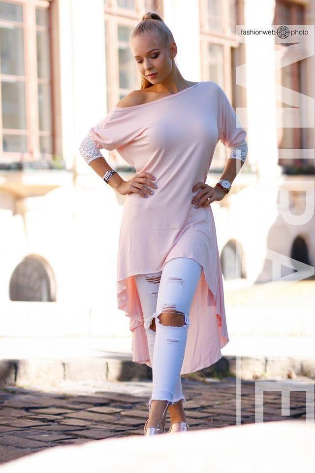 Gyönyörű elől rövidebb, hátul hosszabb Mirage ruha, fehér csipke díszítéssel. 12.980 Ft