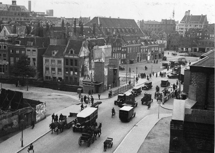 De Meentbrug in 1932.  De Meentbrug is een hefbrug in de Meent en is nog van voor de oorlog. De brug kan niet meer worden bediend, omdat niet alle kabels meer zijn gemonteerd aan de brug. Het was ooit een hefbrug met vier torentjes. De brug was voorzien van uitschuifbare trapjes, zodat voetgangers gewoon door konden lopen als de brug openstond.