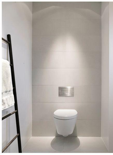 Großformatige Wandfliese über die komplette Rückwand im Gäste-WC verlegt. Wenige Fuge viel Fliese! #Fliesen #Gäste-WC