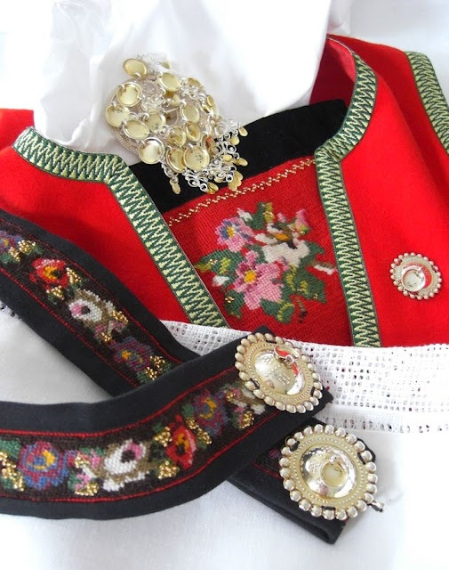 Bunad ~ belt and chestcloth / bringeduk brystduk