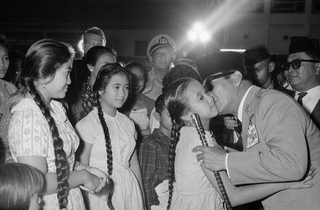 Megawati, Rachmawati & Sukmawati Kissed by Their Father