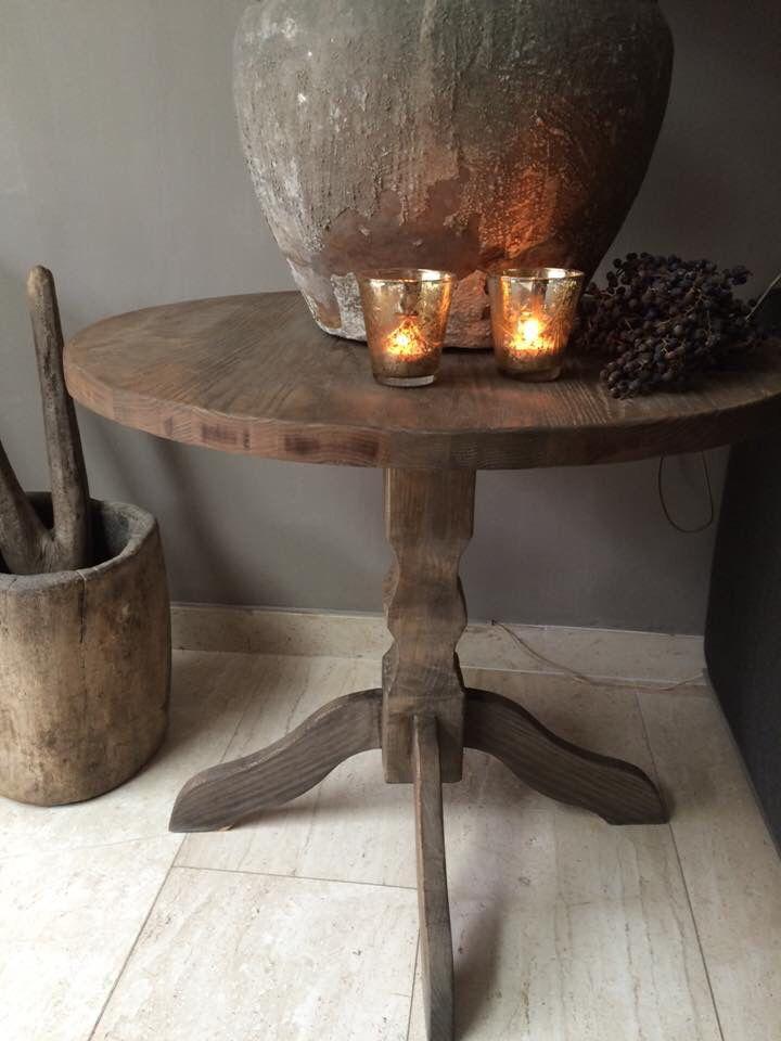 Van een gelakt eiken tafel van de kringloop, nu een mooi verweerde wijntafel door loogbeits en wasvernis.