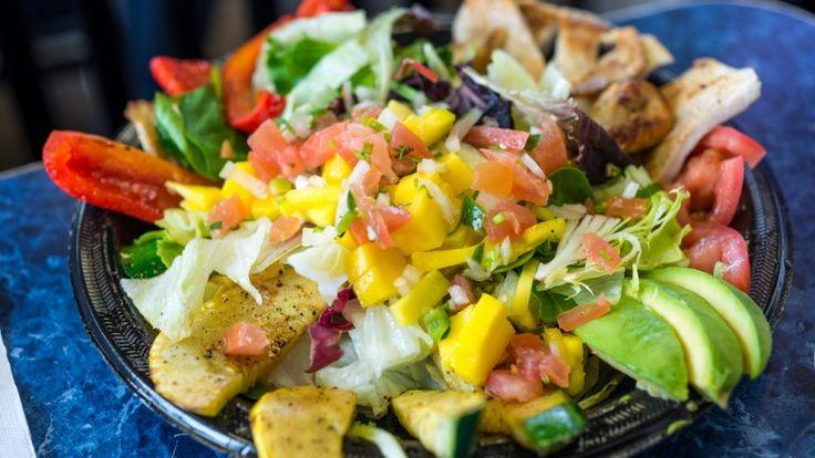 Insalata di pollo light con verdure, ricette estive, ricette con verdure avocado