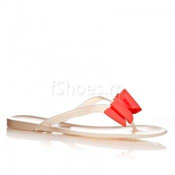 Papucii Sun – Crem reprezinta o necesitate a acestui sezon estival. Atat talpa, cat si partea de deasupra a papucilor sunt confectionate din cauciuc pentru a va asigura tot confortul de care aveti nevoie.