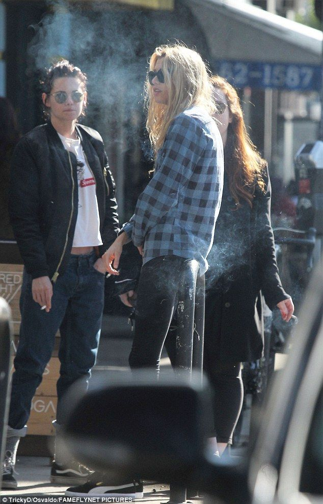 Kristen Stewart & rumoured girlfriend Stella Maxwell enjoy smoke break #dailymail