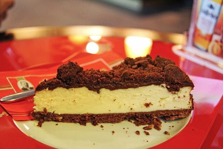 Recept på Pepparkakscheesecake. Enkelt och gott. Botten till cheesecake kan smaksättas på olika vis och i juletid är det populärt med pepparkaka. Det finns olika typer av botten och vissa bakar den i ugn - andra inte. Smaksätt gärna fyllningen med rivet skal av apelsin eller citron och lite pressad saft, så får tårtan extra god smak.