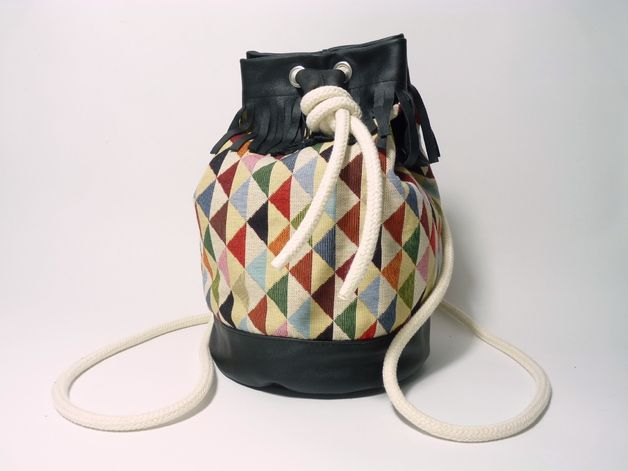 Perfekter Begleiter: Beutel-Rucksack aus Leder mit geometrischem Muster / bucket bag, leather with geometrical pattern by icevogel via DaWanda.com