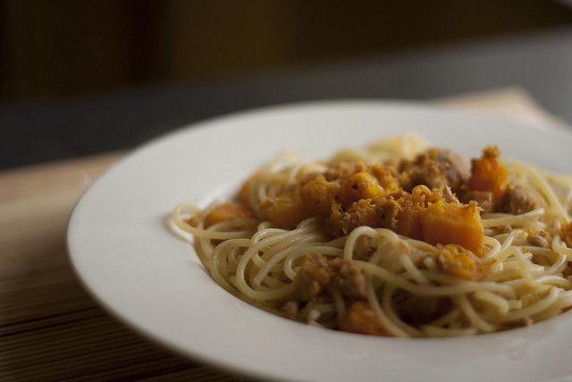 Gli spaghetti con zucca e tonno è una ricetta di primo piatto facile e veloce da preparare con due solo ingredienti, zucca fresca tagliata a cubetti e tonno sott'olio. Il tempo di preparazione è di circa 20 minuti in tutto.