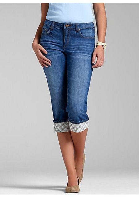 """Женские джинсы-капри от John Baner, представленные в нашем интернет-магазине одежды, станут Вашим верным спутником в жаркие летние дни! Декоративные складки спереди и на задних карманах в тандеме с трендовой """"стираной"""" расцветкой подчеркивают непринужденный характер модели, а отвороты с рисунком добавляют ей выразительность. Стильный совет: чтобы не нарушать пропорции силуэта, рекомендуем комбинировать эти джинсовые капри с обувью на каблуках. Детали: немного заниженная линия талии…"""
