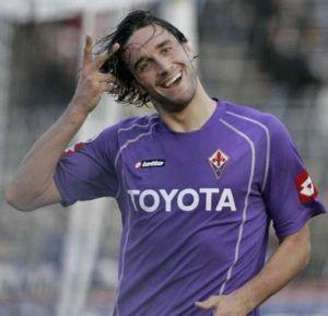 Luca Toni si ritira dal calcio giocato. In questa foto con la maglia della Fiorentina.