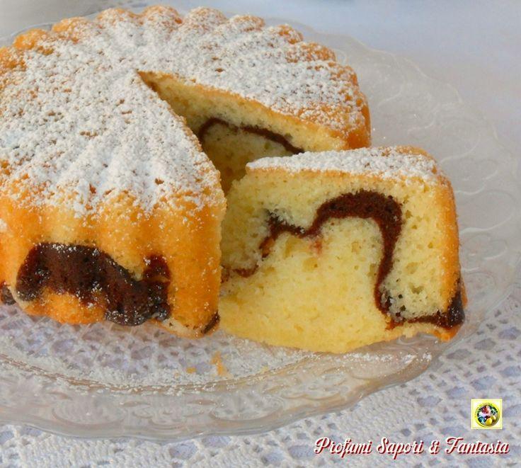 Le tortine con yogurt e cioccolato oltre ad essere buonissime e adatte dalla colazione alla merenda si possono ottenere anche nella variante con amarene.