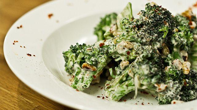 «Cette salade tiède est un pur péché. Le croquant des noix et des brocolis marié à la douceur du fromage de chèvre frais en fait...